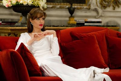 The-Tourist_Angelina-Jolie-white-dress_red_sofa