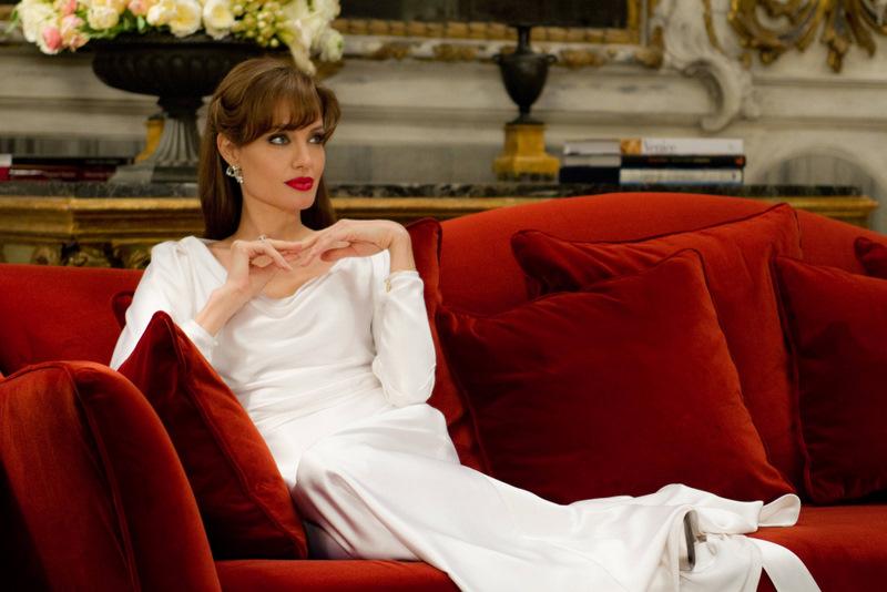 The-Tourist_Angelina-Jolie-white-dress_red_sofa