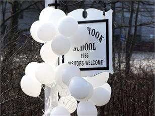 Sandy Hook School sign white balloons (courtesy of MSN)